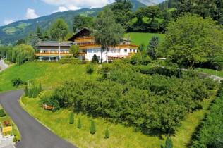 Das Hotel Mitlechnerhof mitten in der idyllischen Naturkulisse von Schenna